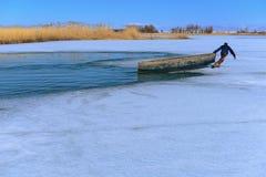 profesión de la pesca en condiciones difíciles del invierno Imágenes de archivo libres de regalías