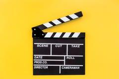 Profesión del cineasta Clapperboard en copyspace amarillo de la opinión superior del fondo Foto de archivo