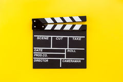 Profesión del cineasta Clapperboard en copyspace amarillo de la opinión superior del fondo Imagenes de archivo