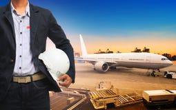 Profesional货物、货物空气运输和impor的工人 免版税库存照片