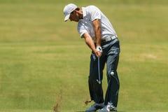 Profesional Charl Schwartzel Swinging del golf Foto de archivo