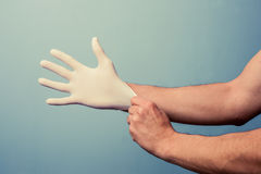 Profesional de salud que pone en guantes quirúrgicos Fotografía de archivo