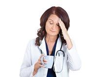 Profesional femenino soñoliento infeliz triste de la atención sanitaria imagenes de archivo