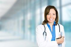 Profesional médico del doctor de sexo femenino confiado en hospital fotografía de archivo