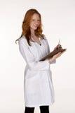 Profesional médico en capa del laboratorio con el sujetapapeles Fotos de archivo
