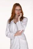 Profesional médico en capa del laboratorio con la mano en la barbilla Fotos de archivo libres de regalías