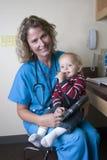 Profesional médico femenino con el niño Fotografía de archivo libre de regalías