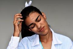 Profesional médico femenino hispánico joven confuso Imagen de archivo