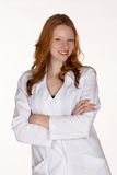 Profesional médico sonriente en capa del laboratorio con los brazos plegables Fotografía de archivo