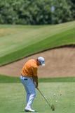 Profesional Robert Karlson Swinging del golf Imagen de archivo libre de regalías