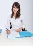 Profesional sonriente de la atención sanitaria con el fichero Foto de archivo libre de regalías