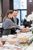Profesionales del negocio por la tabla de comida fría Imagenes de archivo