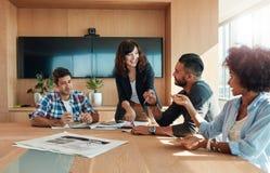 Profesionales del negocio que tienen una reunión en la sala de reunión fotos de archivo