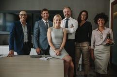 Profesionales diversos del negocio junto en sala de reunión