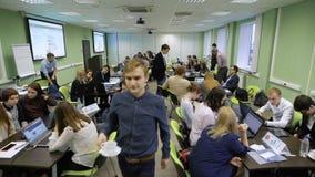 Profesionales jovenes en el juego de negocio en una institución educativa Descripción de la audiencia Equipo durante una rotura metrajes