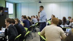 Profesionales jovenes recolectados para escuchar el entrenamiento en la economía Un profesional más experimentado para compartir  almacen de video