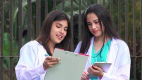Profesionales médicos femeninos jovenes almacen de video