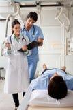 Profesionales médicos que comunican con el paciente Fotografía de archivo