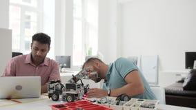 Profesionales masculinos que discuten la máquina automatizada uno mismo