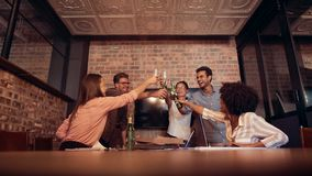 Profesionales que celebran éxito con las cervezas almacen de metraje de vídeo