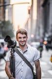 Profesionnalfotograaf Standing in de Straat van New York dur Royalty-vrije Stock Afbeelding