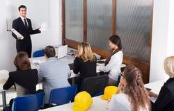 Profesjonaliści i trener przy projekta szkoleniem Obraz Stock