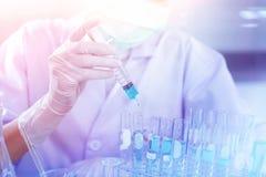 Profesjonalista nauki wybitny specjalista przy pracą Nowatorskie technologie w nauce i medycynie Obrazy Stock