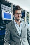 IT profesjonalista przed komputerowymi serwerami Fotografia Stock