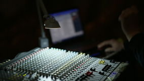 Profesjonalista ręka Pracuje Na Audio melanżerze W studiu zdjęcie wideo