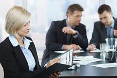Profesjonalista sprawdza dokumenty przy spotkaniem zdjęcia stock
