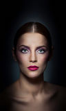 Profesjonalista uzupełniał - pięknego żeńskiego sztuka portret z pięknymi oczami. Elegancja. Prawdziwa naturalna kobieta w studiu. fotografia stock