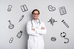 Profesjonalisty doktorski ono uśmiecha się podczas gdy stojący pacjenta i czekający zdjęcia stock