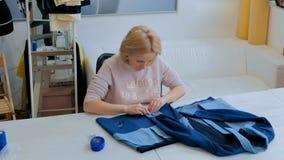 Profesjonalisty krawczyna, projektanta kostiumu pomiarowa kurtka dla szyć przy atelier obraz royalty free
