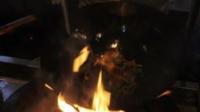 Profesjonalisty kucbarski opieczenie i porywający warzywa w niecce Azjatycki karmowy fest zbiory