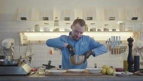 Profesjonalisty kucharz miesza sałatki z podprawą w aluminiowym pucharze w czarnych gumowych rękawiczkach używać łyżkę w zdjęcie wideo