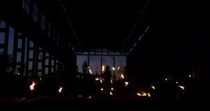 Profesjonalisty ogienia przedstawienie w starym hangarze samolotu przedstawienia fachowi cyrkowi artyści trzy kobiety w rzemienny zbiory wideo