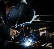 Profesjonalisty spawacza maska ochraniający mężczyzna pracuje na metalu spawie i iskra metalu zdjęcia royalty free