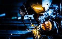 Profesjonalisty spawacza maska ochraniający mężczyzna pracuje na metalu spawie i iskra metalu zdjęcie stock