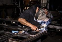 Profesjonalisty spawacza maska ochraniający mężczyzna pracuje na metalu weldingProfessional spawacza maska ochraniającym mężczyzn fotografia royalty free