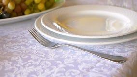 Profesjonalisty stołowy położenie w górę Talerze i rozwidlenia umieszczają na białym tablecloth zbiory