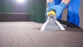 Profesjonalisty suchy czyścić kanapa Pojęcie czyścić w biurze lub w domu zbiory wideo