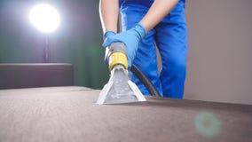 Profesjonalisty suchy czyścić kanapa Pojęcie czyścić w biurze lub w domu zdjęcie wideo