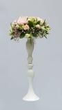 Profesjonalnie opanowany bridal bukiet od róż i orchidei kwitnie zdjęcie stock