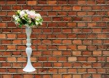 Profesjonalnie opanowany bridal bukiet od róż i orchidei kwitnie fotografia stock