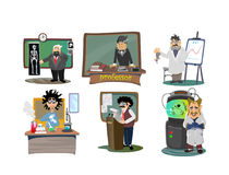 Profesor blisko blackboard z formułami przy uniwersyteta wykładem, nauczyciel w klasie przy lekcją uczy uczni, wysokich Zdjęcie Royalty Free