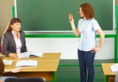 Profesor con el estudiante en sala de clase Foto de archivo libre de regalías
