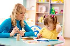 Profesor con el niño en pre-entrenamiento imagen de archivo libre de regalías