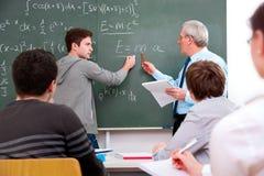 Profesor con los estudiantes de la High School secundaria Imagenes de archivo