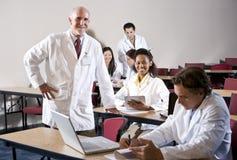 Profesor con los estudiantes de medicina en sala de clase Foto de archivo libre de regalías