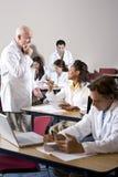 Profesor con los estudiantes de medicina en sala de clase Fotografía de archivo libre de regalías